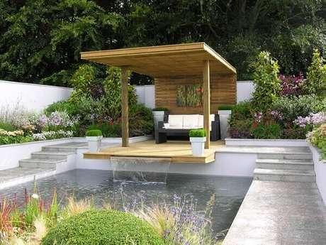 23- A saída de água da cascata para piscina é sob o deck de madeira. Fonte: Tudo é Dimais
