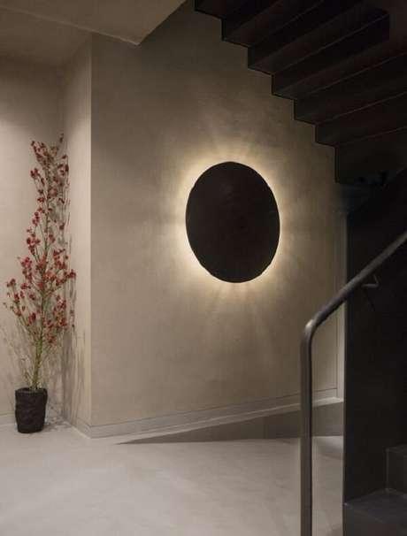 3. Arandela de madeira em formato redondo decora o hall de entrada. Fonte: Pinterest