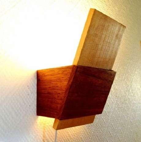 21. Arandela de madeira para parede feita em diferentes tons. Fonte: Pinterest