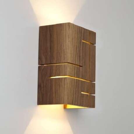 43. As ranhuras favorecem a saída da luz na arandela de madeira. Fonte: Pinterest