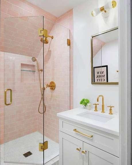15. Banheiro sem janela com decoração rosa – Via: Pinterest