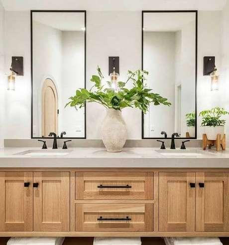 9. Banheiro sem janela decorado com armário de madeira e espelhos – via: Beauty Holo