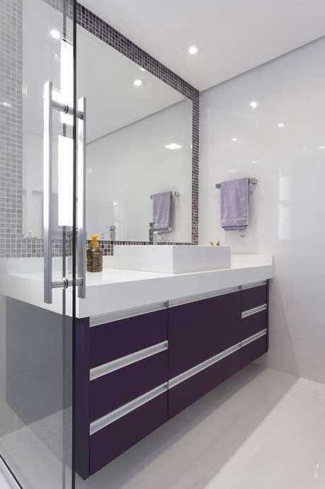30. Banheiro sem janela com decoração roxa – Via: Habitissimo