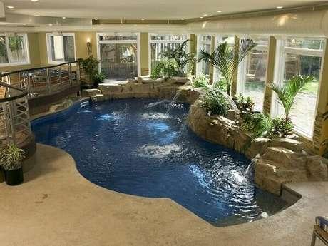 8- Cascata de piscina coberta com pedras artificiais. Fonte: Wesfaresmi