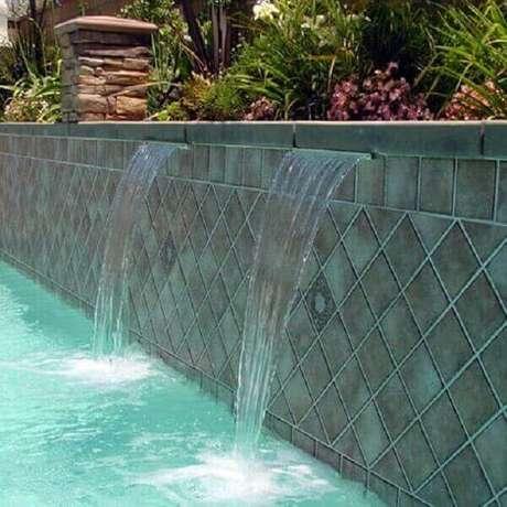 19- A cascata para piscina foi embutida nas jardineiras. Fonte: Pinterest