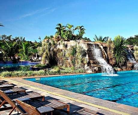 21- A cascata para piscina é revestida com pedras e plantas para criar um efeito natural. Fonte: Nautilus