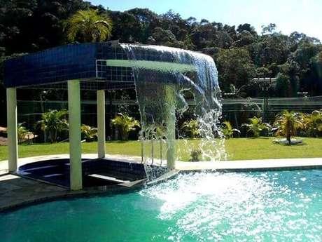 22- A cascata para piscina bar tem a fonte sobre o teto. Fonte: Classificados Brasil