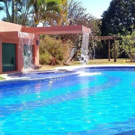 24- A cascata para piscina em estrutura de alvenaria tem duas saídas de água. Fonte: Instahu