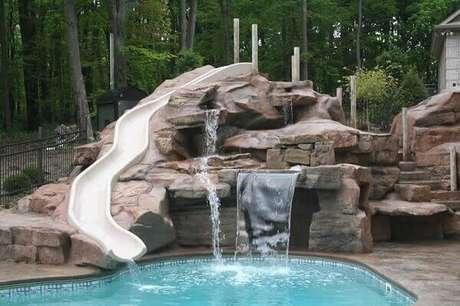 25- Na cascata para piscina foi projetado um escorregador. Fonte: Pool Piscina