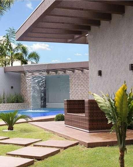 27- A cascata para piscina tem a saída de água instalada na pergola de alvenaria. Fonte: Pinterest