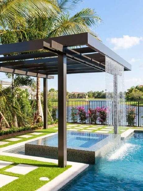 15- A cascata para piscina foi instalada no pergolado de madeira Fonte: Grupo J Tavares