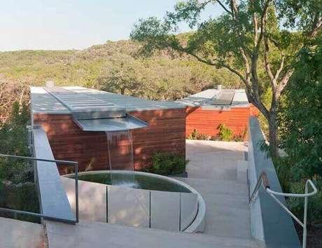 16- A cascata para piscina tem a saída de água do teto da casa Fonte: Tecto