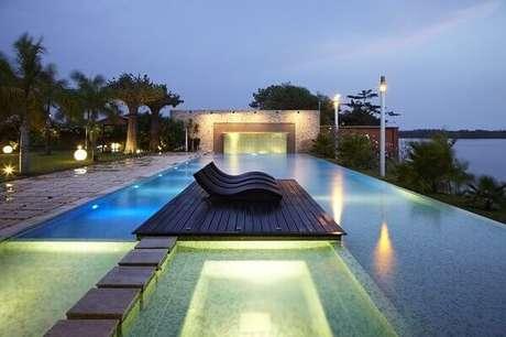 29- A cascata para piscina te, iluminação em tons de amarelo. Fonte: Bol Notícias