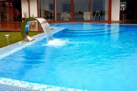 31- A cascata para piscina de aço inox tem jato constante. Fonte: Decor Salteado