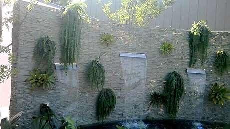 33- Na parede revestida de canjiquinha a cascata para piscina tem três jatos constantes. Fonte: Youtube