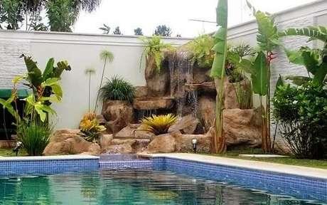 32- A cascata para piscina compõe o paisagismo da área de lazer Fonte: Decor Salteado