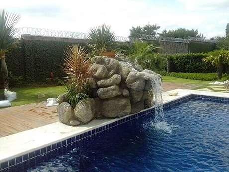 34- As pedras artificiais compõe a cascata para piscina. Fonte: Kallina Cascatas e Afins
