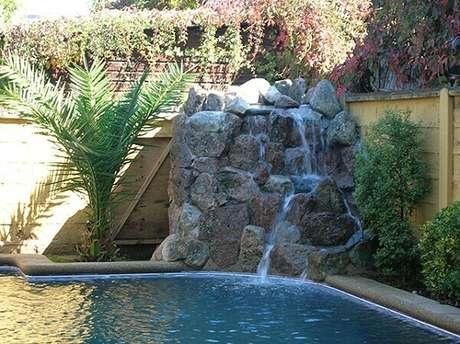 35-A cascata para piscina foi executada próximo ao canto do muro. Fonte: Dragfepic