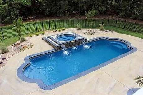36-A cascata para piscina tem a saída de água a partir da mureta da hidro. Fonte: Banheira SPA