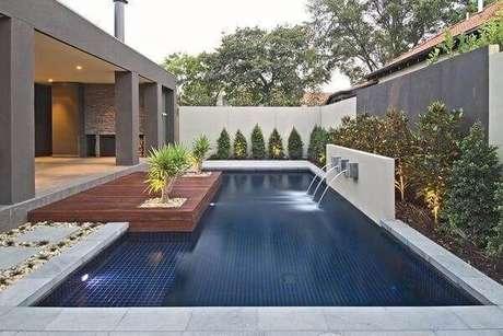 37-No projeto de paisagismo a cascata para piscina completa a decoração. Fonte: Pinterest