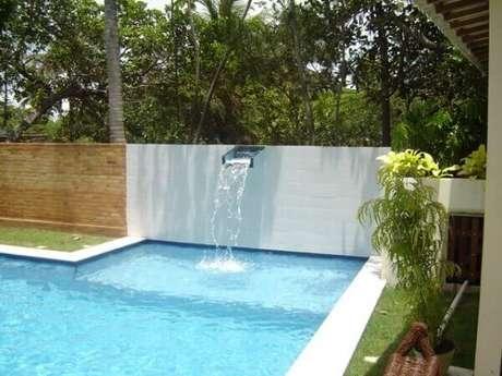 66- Cascata para piscina em aço inox fixada na parede de alvenaria Fonte: Construindo e Reformando