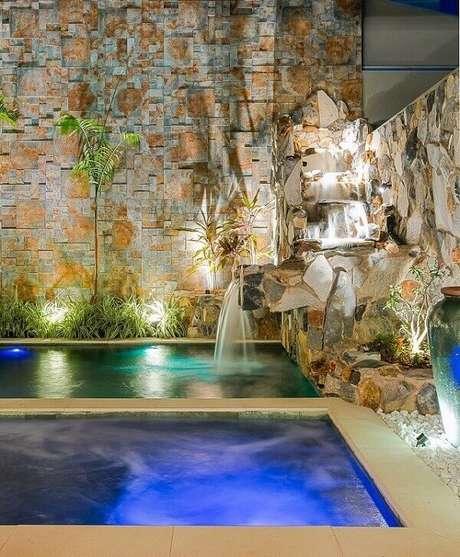 39- A cascata para piscina começa no alto da parede e desce em vários níveis. Fonte: Campo Grande News