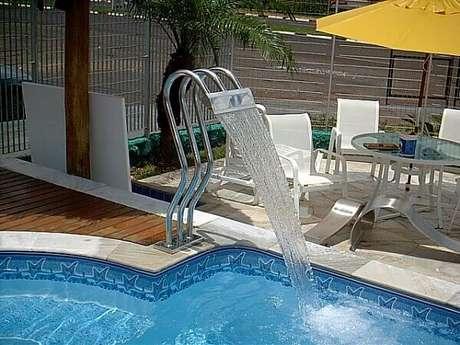10- A cascata para piscina em inox pode ser instalada no piso Fonte: Nevada Piscinas