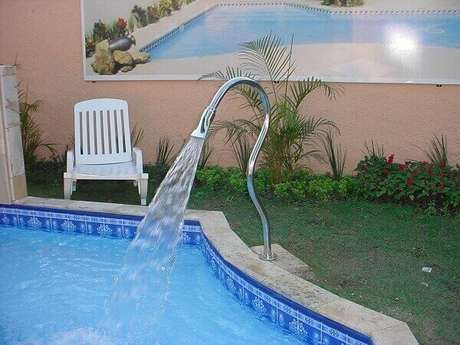 41- A cascata para piscina em tubo de aço inóx pode ser fixada no piso. Fonte: i9Piscinas
