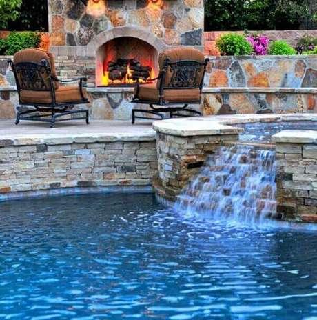 43- A cascata para piscina é alimentada pelas águas da hidro Fonte: Revista Metrópole