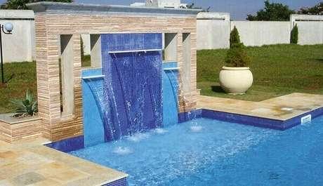44- A estrutura da cascata para piscina é revestida com pastilhas cerâmica em dois tons de azul . Fonte: Pisos para Piscina
