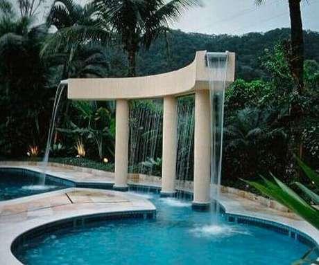 14- A cascata para piscina foi colocada em uma estrutura de alvenaria moderna. Fonte: Nautilus