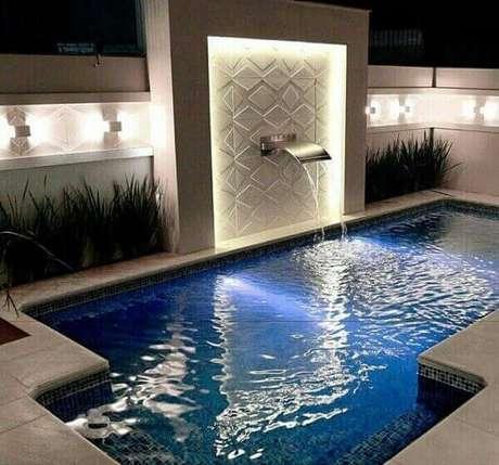 49 – A cascata para piscina de aço inox é instalada na altura de um metro do nível da água. Fonte: Pinterest