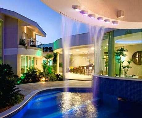 12- A cascata para piscina deixa o ambiente charmoso e exuberante. Fonte: Nautilus