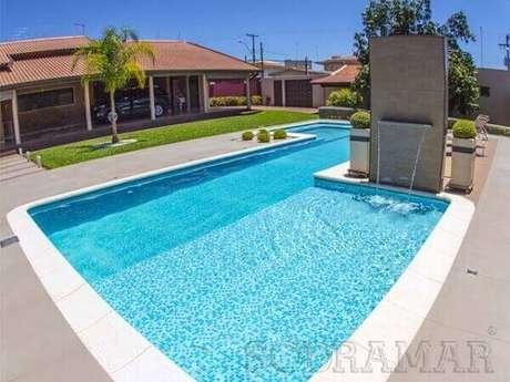 50- A cascata para piscina foi instalada no lado com profundidade menor.Fonte: Sodramar
