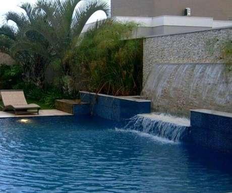 51- A cascata para piscina tem dois níveis de queda. Fonte: Tudo Construção