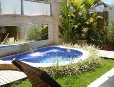 13- O espelho é uma excelente opção para dar um toque especial na cascata para piscina. Fonte: Plantas de Casas
