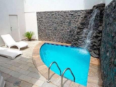 54- As pedras foram assentadas de forma irregular e criam um lindo efeito na cascata para piscina. Fonte: Dcore Você