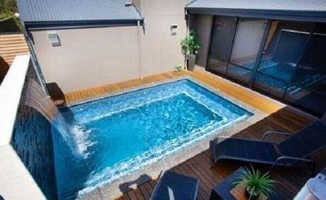55- A cascata para piscina leva um aspecto relaxante ao ambiente. Fonte: Plantas de Casas