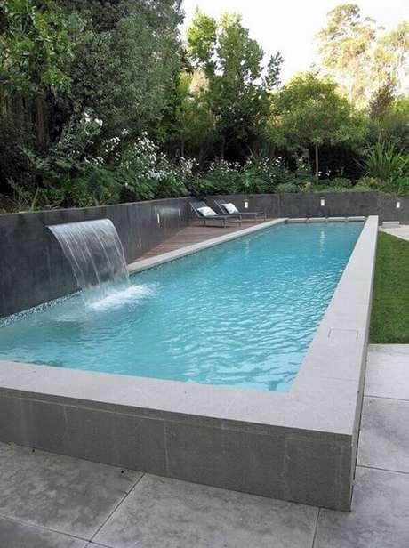 57- A cascata para piscina elevada tem jato de pouca altura Fonte: Pinterest