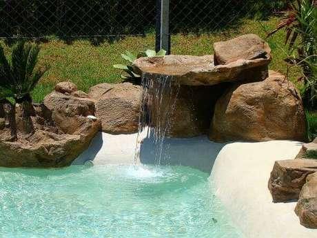 58- A cascata para piscina tem acabamento com pedras artificiais de vários tamanhos e formas. Fonte: Tudo Construção