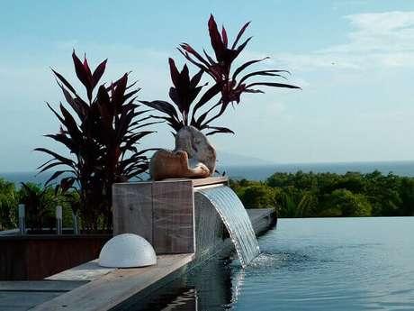 60- A cascata da piscina sem borda tem acabamento em madeira. Fonte: Construindo Decor