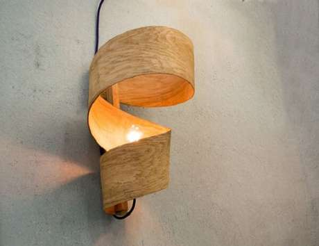 41. Design sofisticado de arandela de madeira para ambientes internos. Fonte: Pinterest