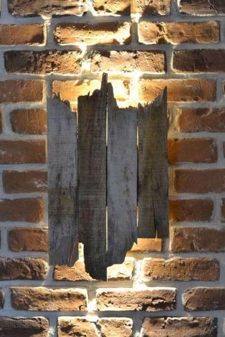 45. Invista em arandela de madeira com formato orgânico e assimétrico. Fonte: Pinterest