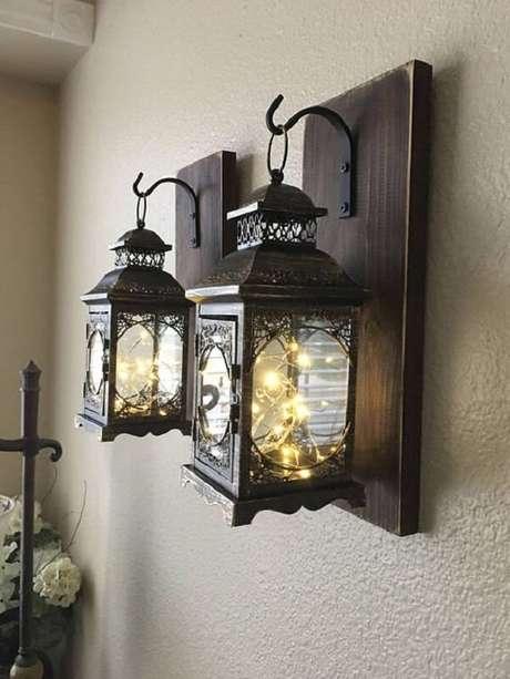 15. Modelo de arandela de madeira para parede com design estilo lamparina. Fonte: Etsy