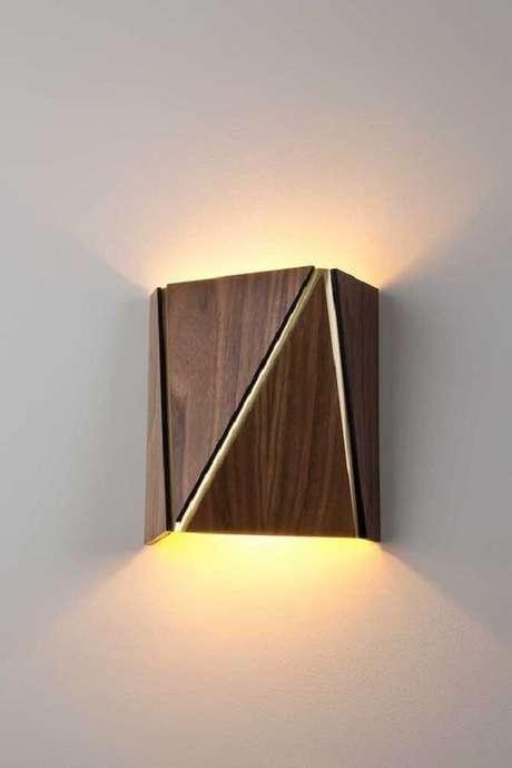 17. Na sala de estar a arandela de madeira rústica pode ficar posicionada nas laterais do sofá. Fonte: Pinterest