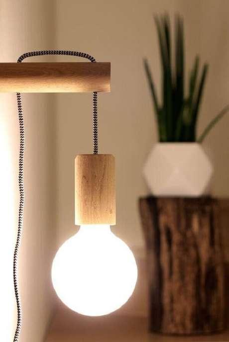 25. No mercado é possível encontrar diferentes tipos de arandela de madeira. Fonte: Pinterest
