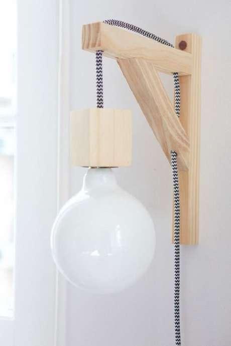 28. O tom claro da arandela de madeira para parede se conecta com diferentes estilos de decoração. Fonte: Pinterest