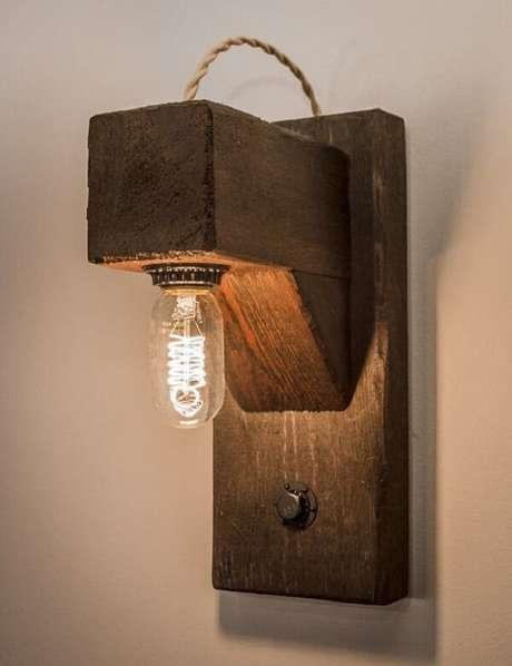 23. Os filamentos da arandela de madeira para parede chamam a atenção. Fonte: Pinterest