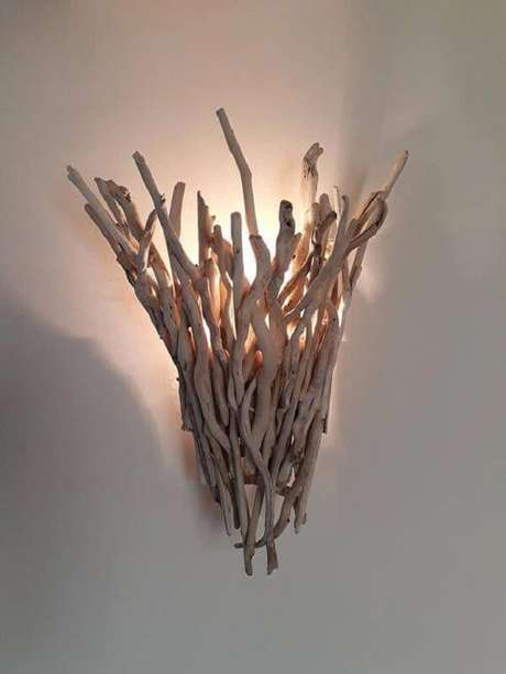 39. Os gravetos dão vida a uma linda arandela de madeira. Fonte: Pinterest