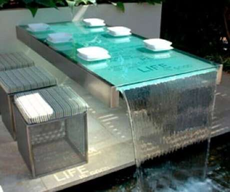 3- Parte da estrutura da cascata para piscina é usada como mesa. Fonte: Pinterest
